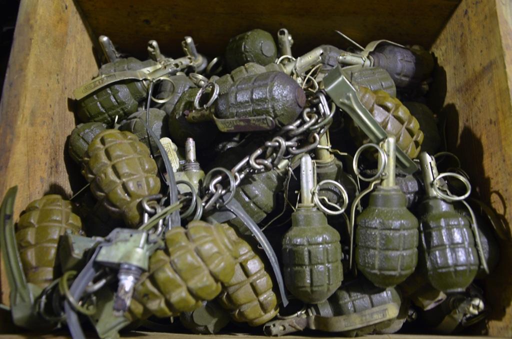 Hầm xây xong, tổ chức bố trí cho ông tiếp nhận vũ khí.