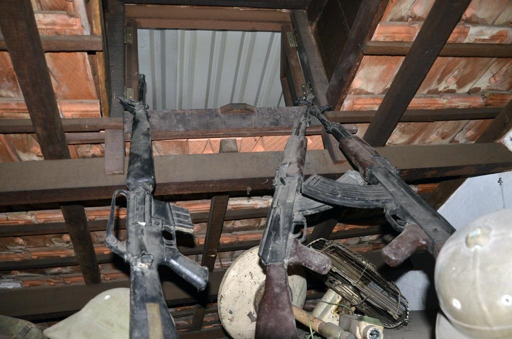 Cửa hầm nổi thông lên mái nhà để các chiến sĩ thoát ra ngoài bằng một sợi dây thừng.