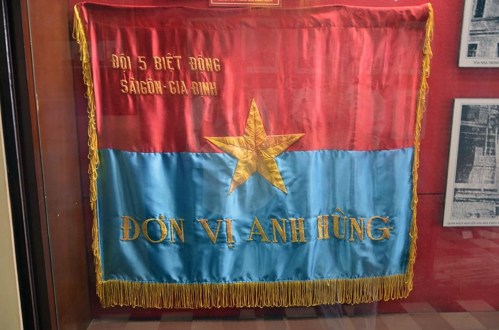 Đội 5 Biệt động Sài Gòn nhận cờ đơn vị anh hùng.