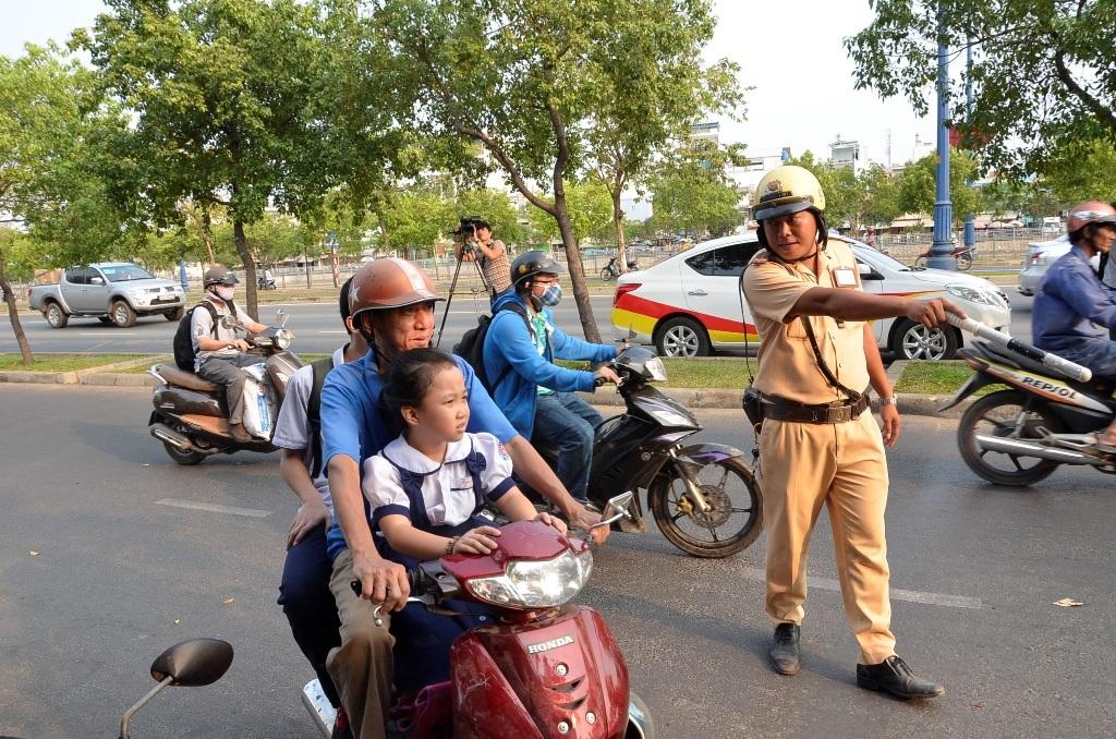 Một trường hợp phụ huynh không đội MBH cho trẻ khi tham gia giao thông bị thổi phạt
