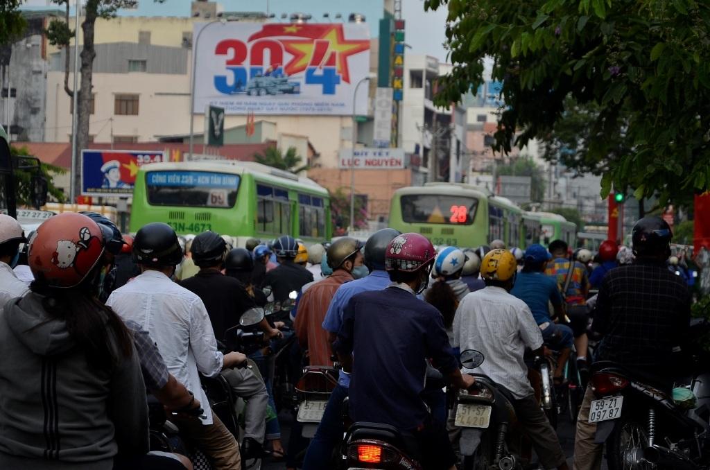 Các giao lộ, trục đường chính bị ùn xe trong sáng 26/4.
