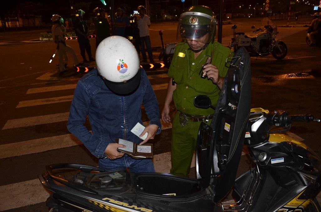 Tổ công tác tiến hành kiểm tra giấy tờ và kiểm tra cốp xe