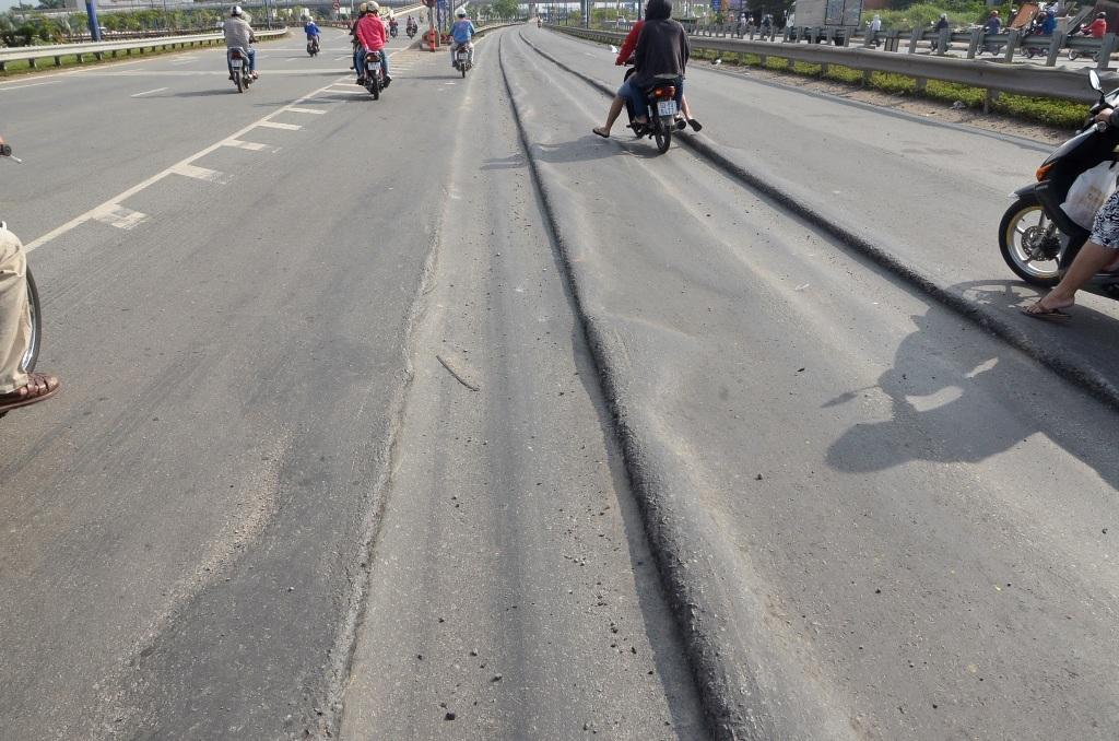 Vệt hằn lún, trồi nhựa kéo dài trên đường Mai Chí Thọ.