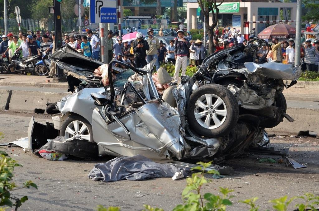 Xe cẩu di chuyển chiếc xe ô tô gặp nạn khỏi hiện trường.