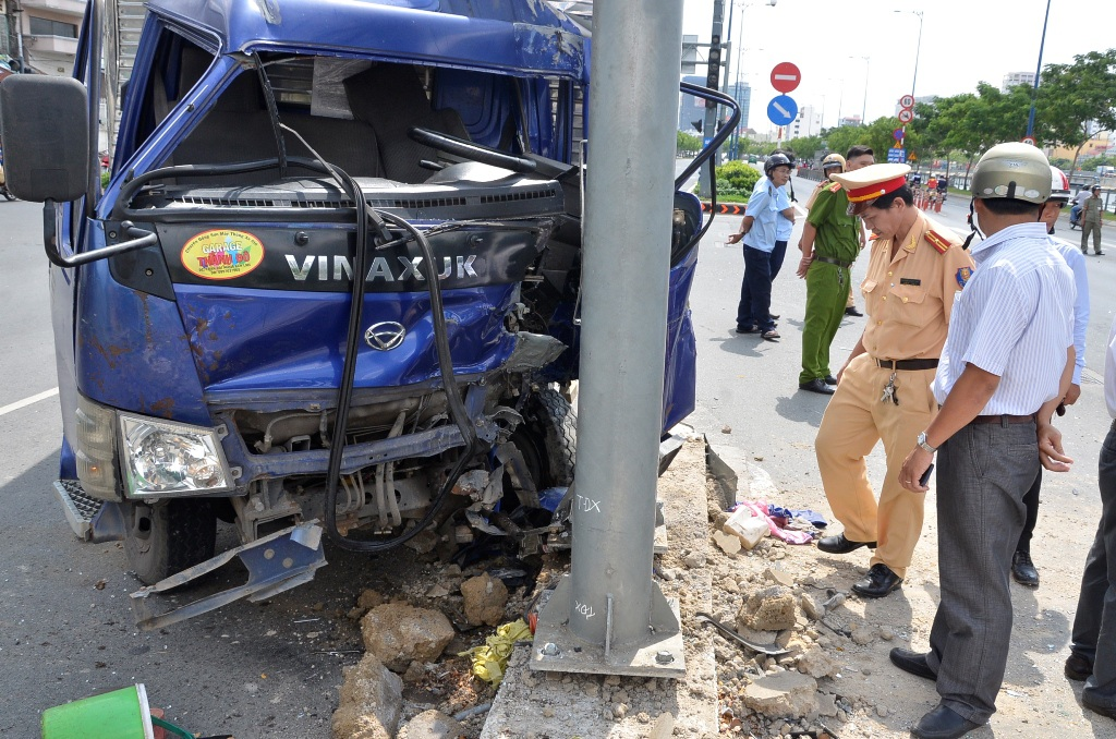 Chiếc xe tải găm đầu vào cột biển báo khiến tài xế kẹt cứng bên trong