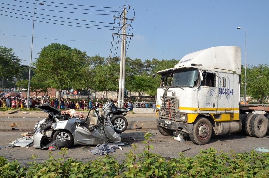 Container tông nát xe con, 5 người cùng gia đình thiệt mạng