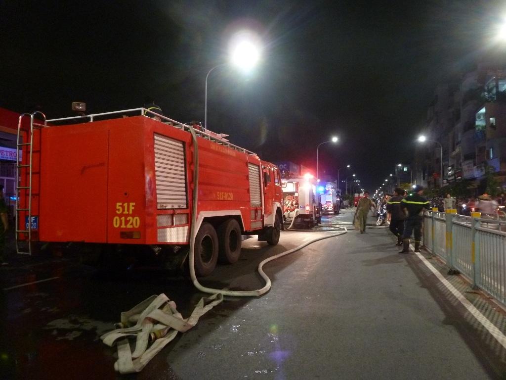 Cả chục xe cứu hỏa được điều đến hiện trường.