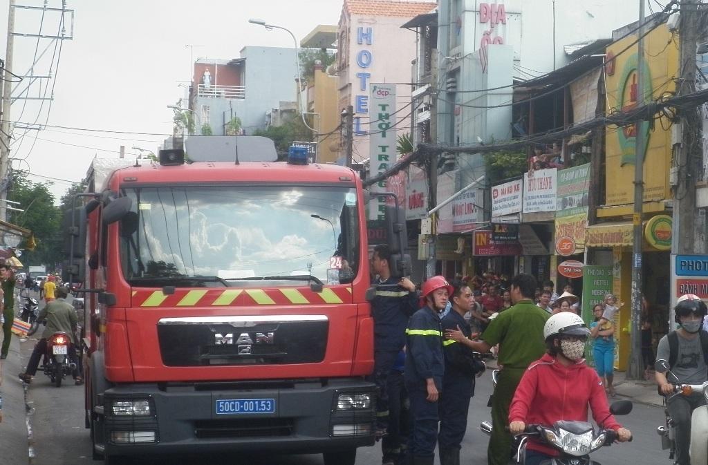 Lực lượng chữa cháy quận 11 được điều đến hiện trường