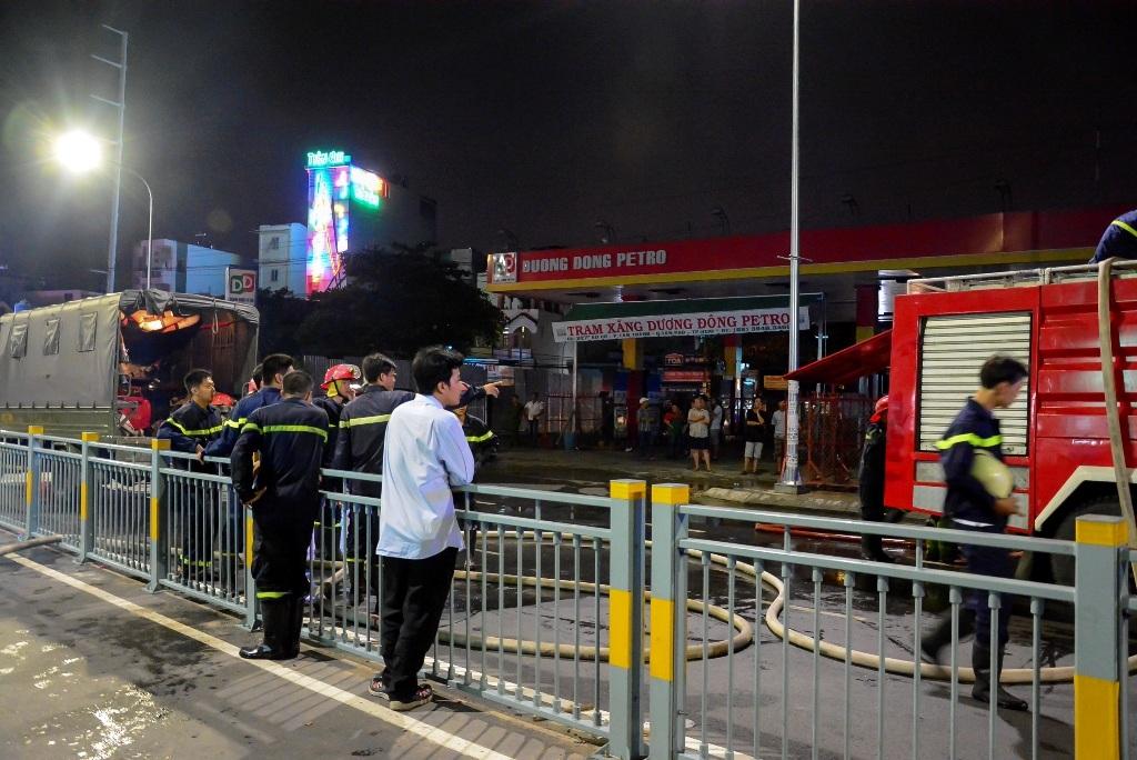 Đám cháy xảy ra sát cây xăng khiến cả khu phố hoảng loạn.
