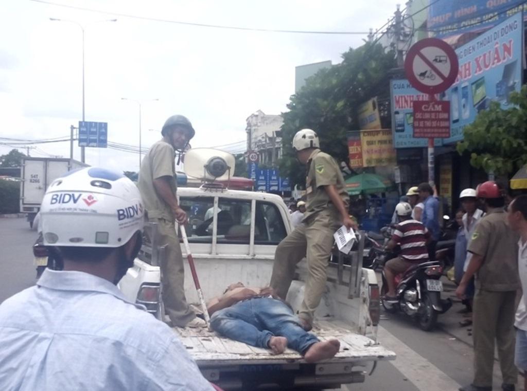 Lực lượng chức năng đưa nam thanh niên về trụ sở