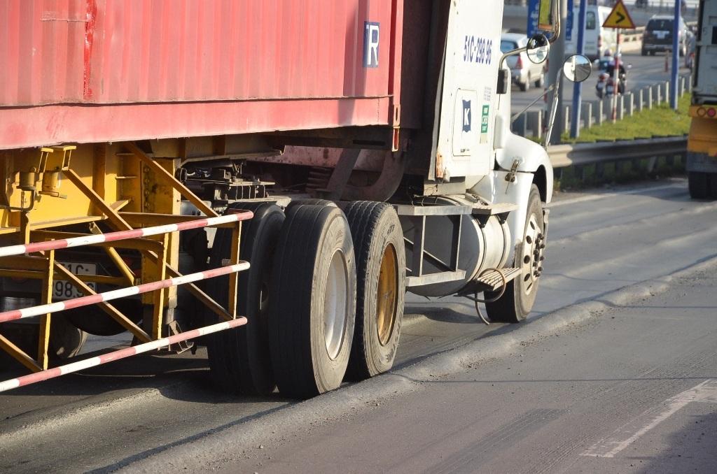 Vệt hằn lún nằm trên làn đường dành cho xe container