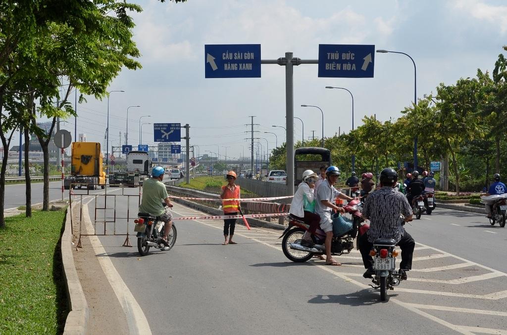 Người dân tỏ ra lúng túng khi hướng lên cầu vượt Cát Lái hướng về Sài Gòn bị cấm