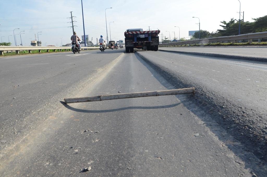 Những vết lún hằn sâu giữa đường