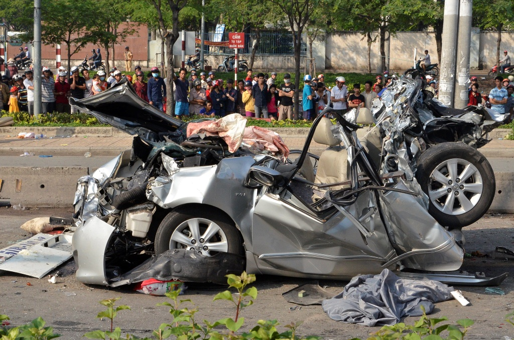 Cả 5 người ngồi trên ô tô đều tử vong sau cú tông kinh hoàng