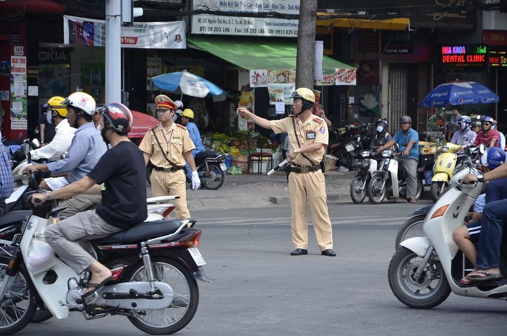 Các chiến sĩ tích cực điều tiết giao thông tại các điểm nóng.