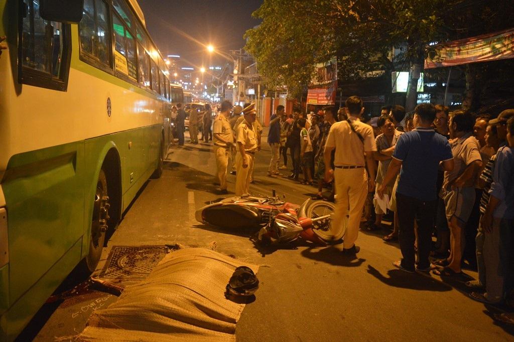 Hiện trường vụ tai nạn khiến thanh niên bị xe buýt cán chết