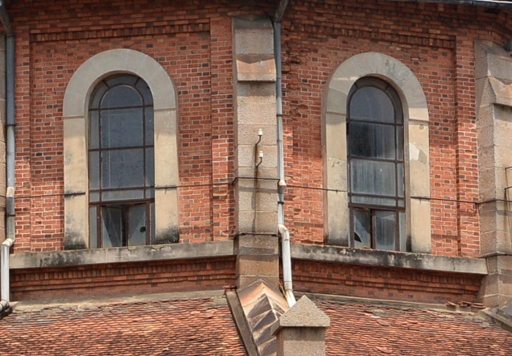 Phần kính cửa sổ đã bị vỡ, sắt gỉ sét