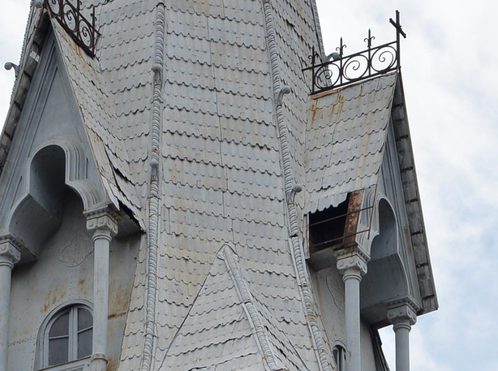 Hai tháp chuông cũng bị xuống cấp