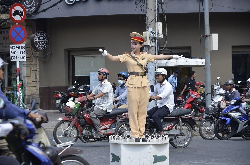 Nữ cảnh sát giao thông điều tiết tại ngã tư
