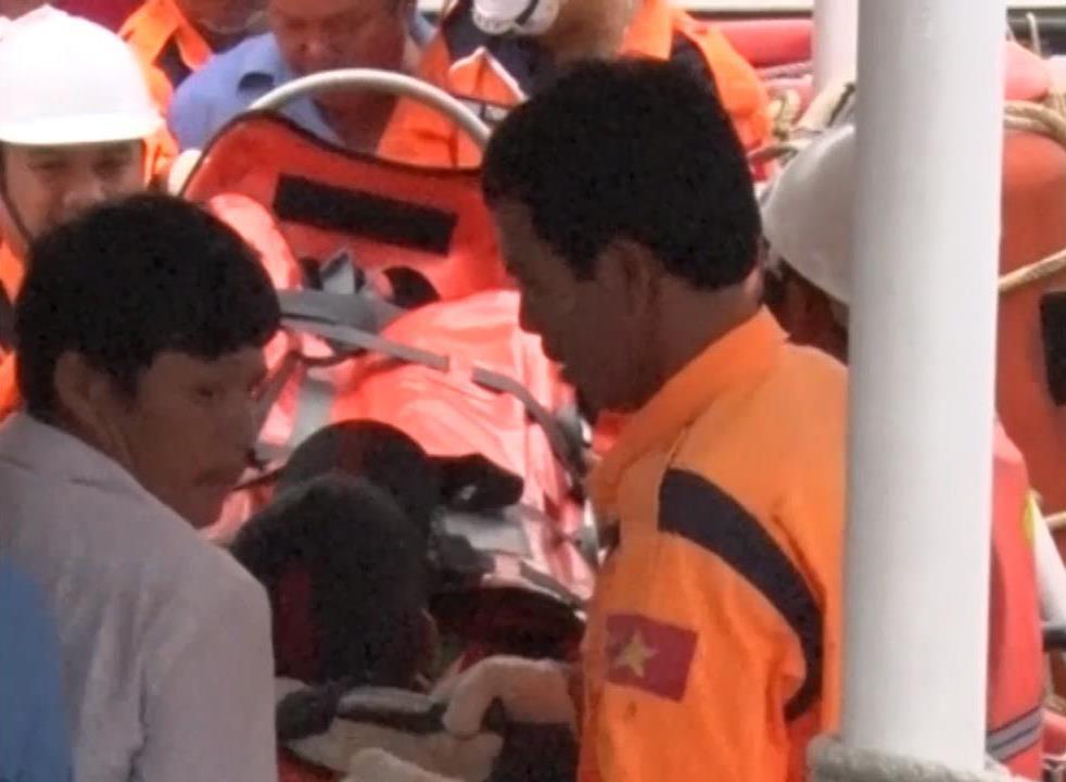 Chuyển nạn nhân bị thương lên bờ