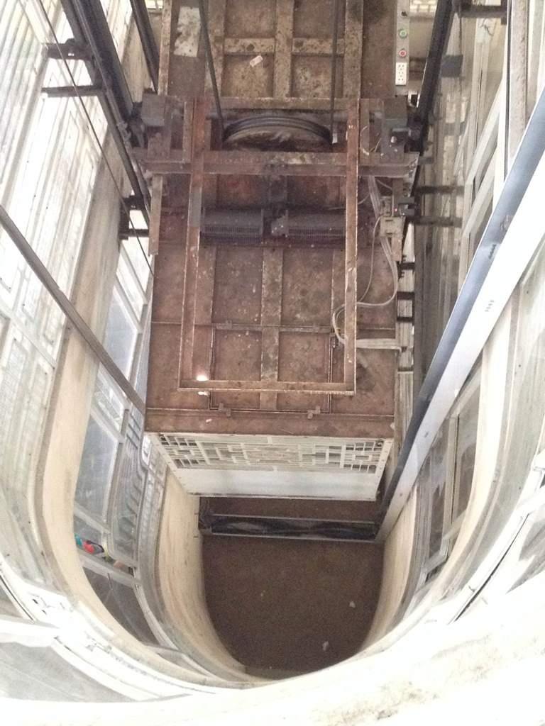 Phía trên nóc của một chiếc thang máy, nơi nạn nhân bị kẹt