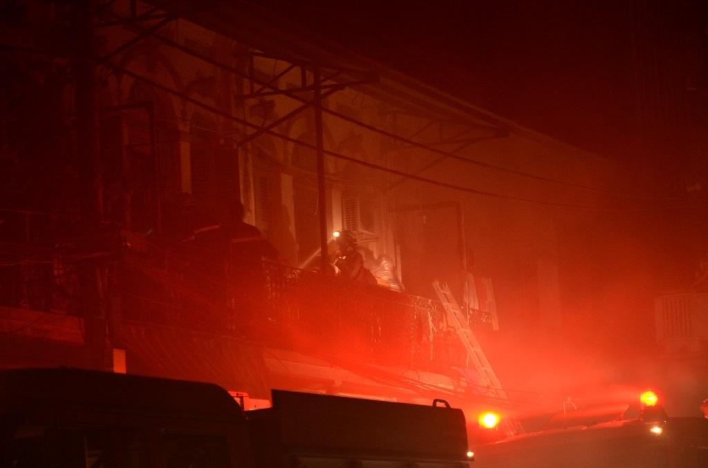 Lính cứu hỏa phải sử dụng mặt nạ dưỡng khí để tiếp cận hiện trường