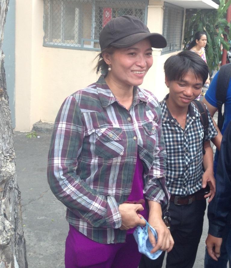 Chị Hồng cười tươi khi đã nhận được số tiền 5 triệu yên và bước ra khỏi công an quận Tân Bình