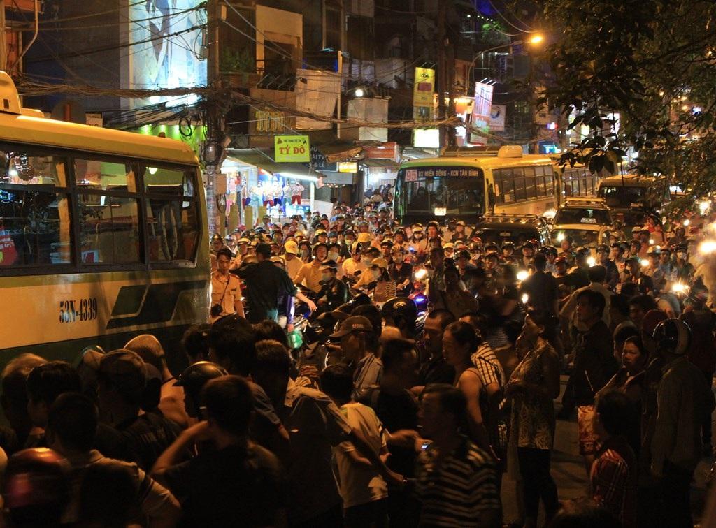 Rất đông người dân vây kín hiện trường để theo dõi công an khám nghiệm