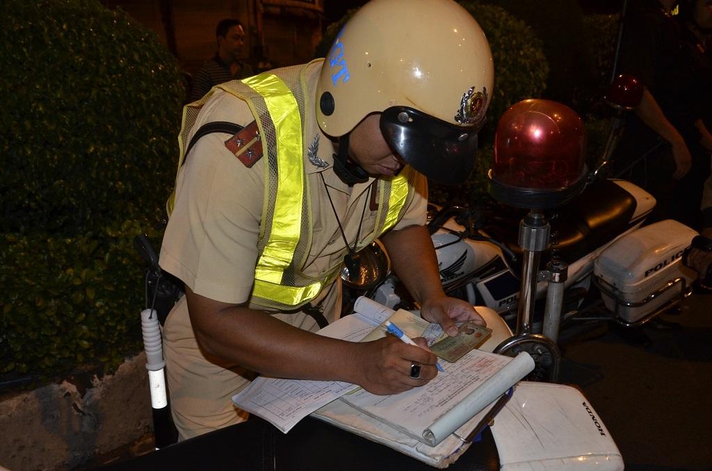 Lực lượng CSGT tiến hành lập biên bản vi phạm
