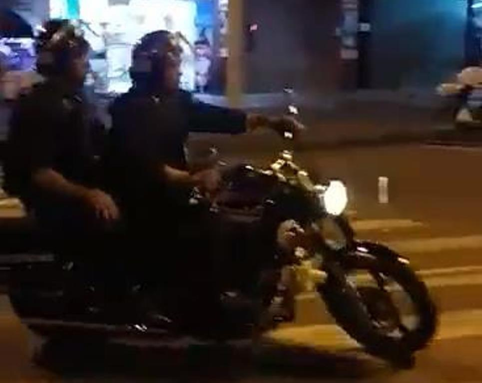 Hình ảnh CSCĐ túm cổ áo người dân (ảnh cắt từ clip)