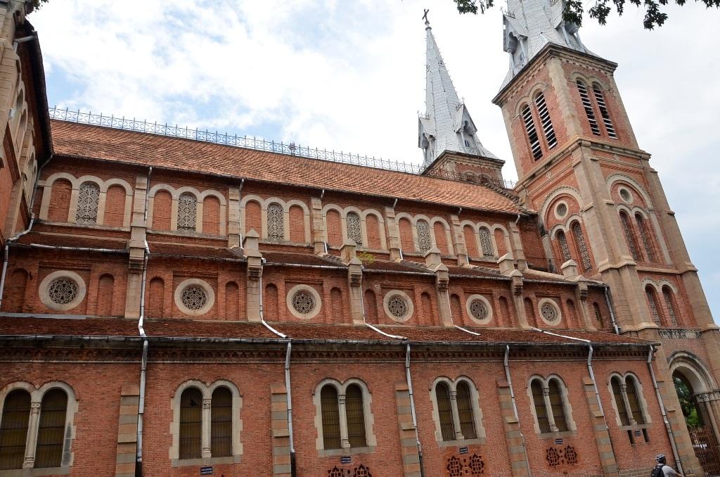 Bên hông nhà thờ Đức Bà