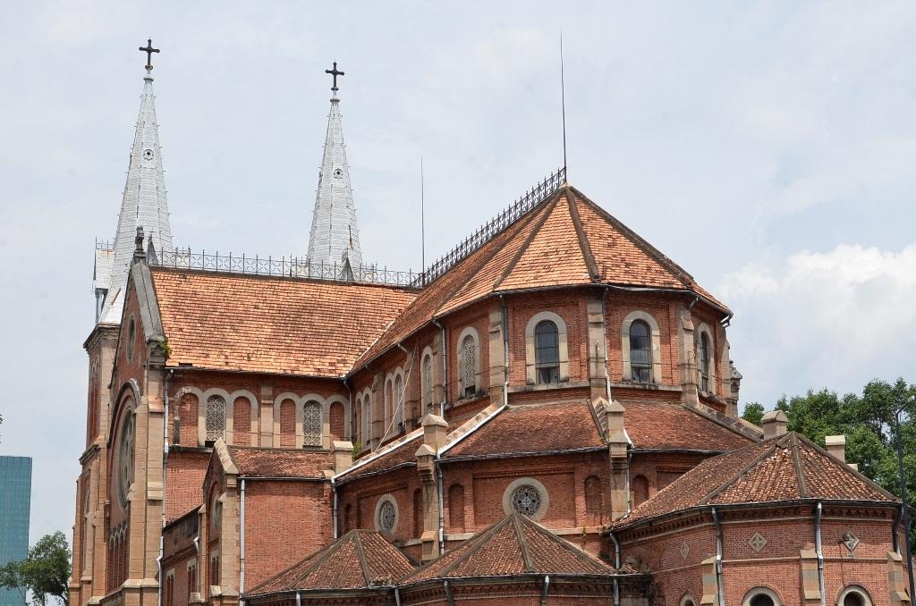 Phần mái ngói của nhà thờ đã xuống cấp trầm trọng