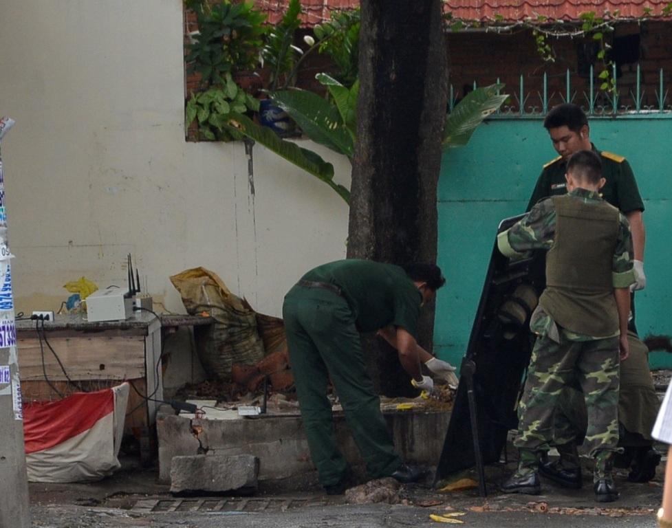 Lực lượng Công binh đang tiến hành xử lý vật