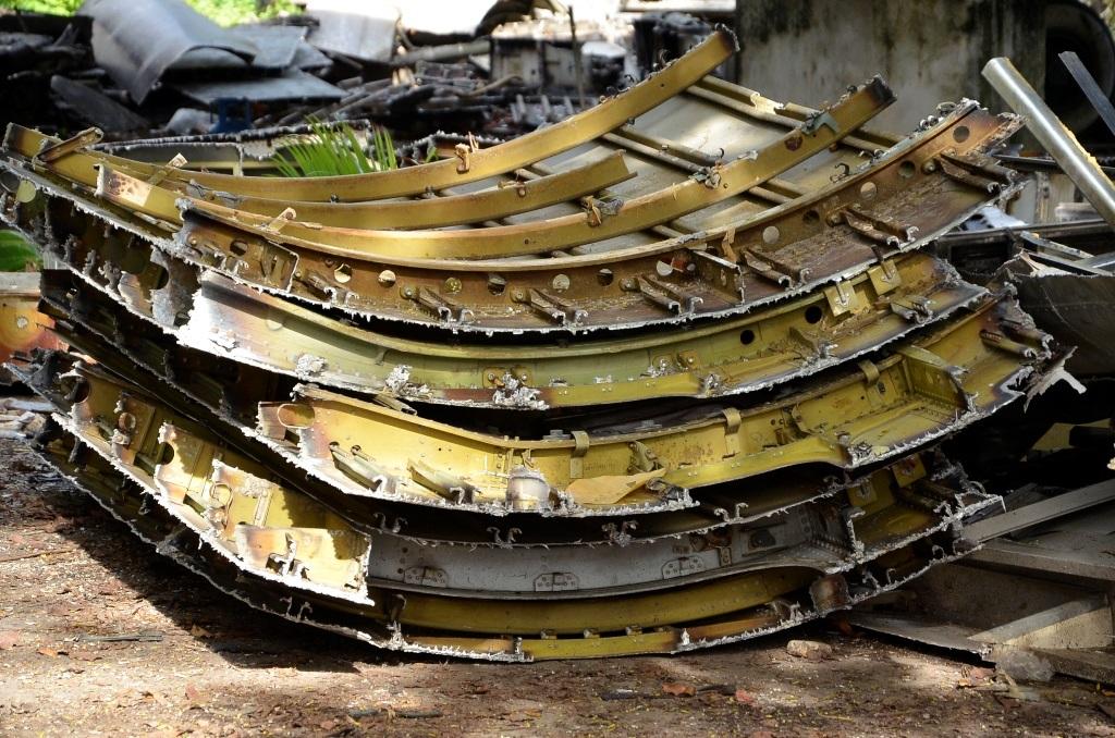Các mảnh thép, nhôm sau khi tháo dỡ được tập kết lại một chỗ.
