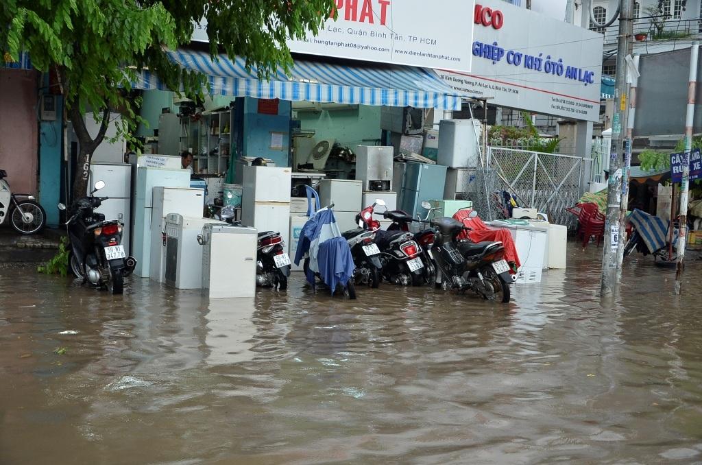 Đồ đạc của người dân hai bên đường bị ngập nước