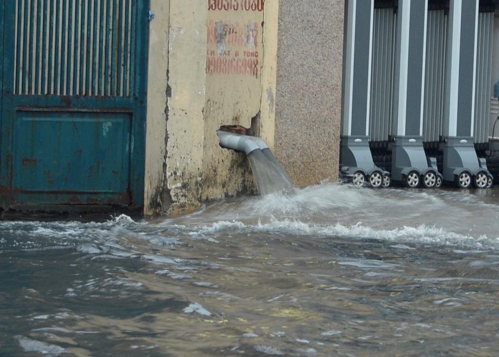 Một số công ty đã sử dụng máy bơm để xả nước ra ngoài.
