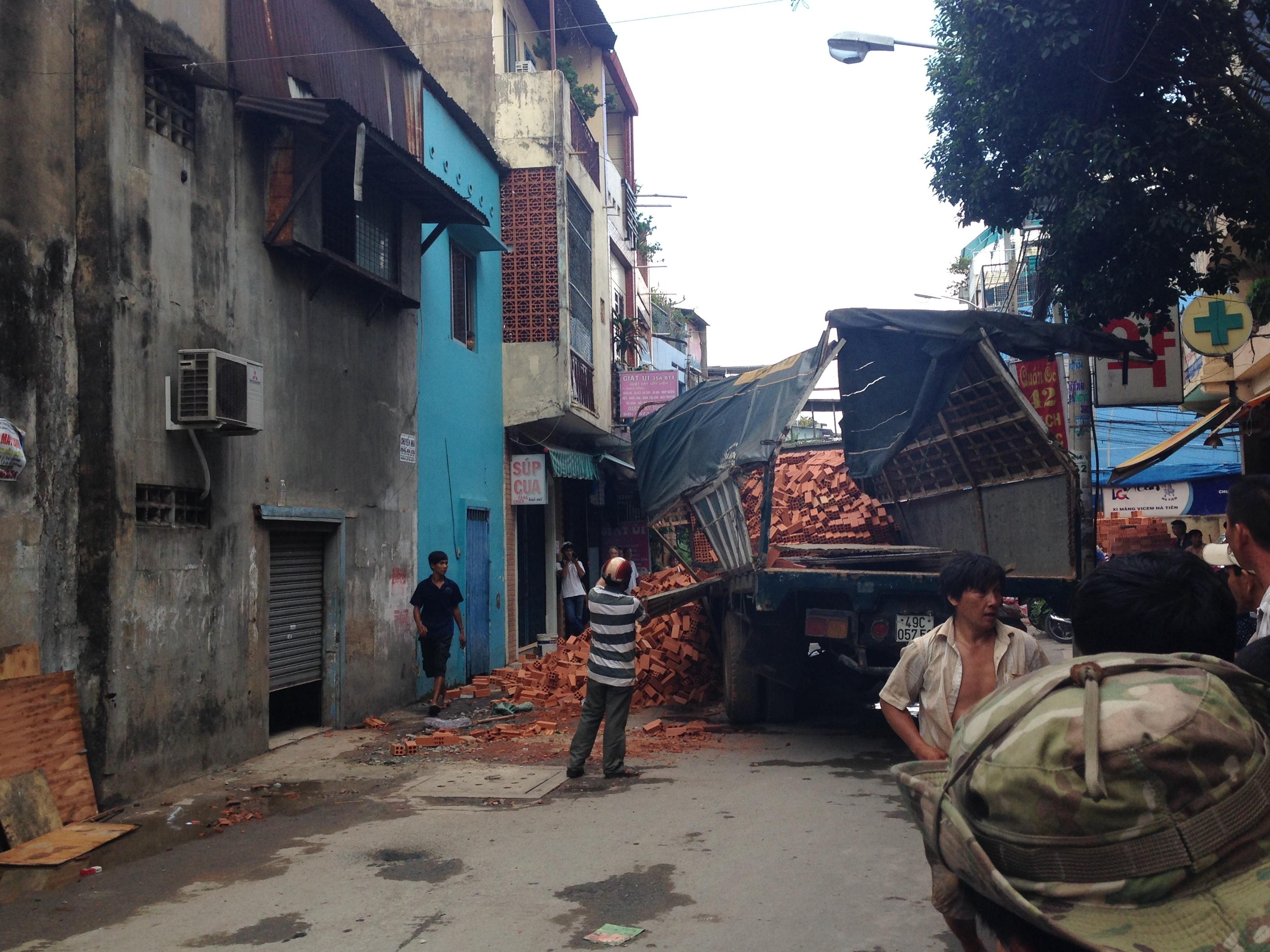 Hiện trường xe tải chở gạch sụp hố.