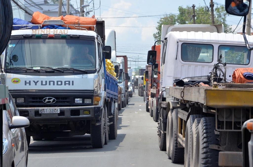 Đoàn xe container, xe tải nối đuổi nhau kẹt cứng đường ra vào cảng