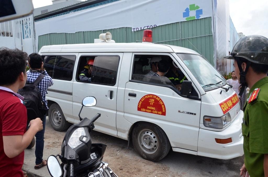 Xe cứu hộ đưa thi thể nạn nhân ra ngoài