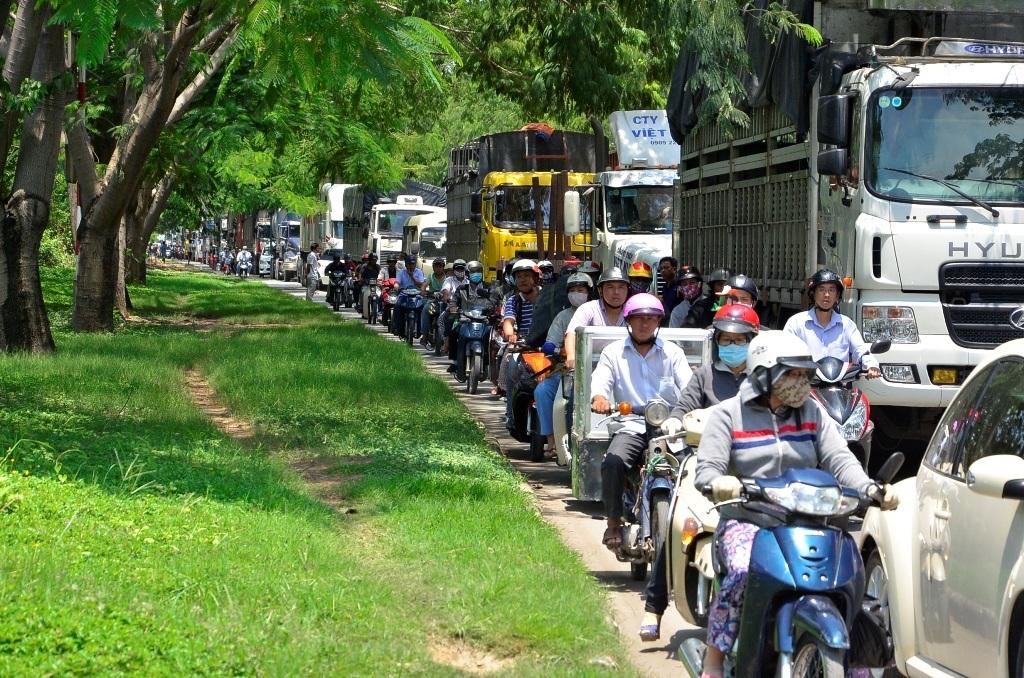 Các phương tiện xếp hàng dài trên đường Nguyễn Văn Linh