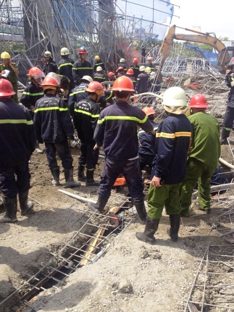 Lính cứu hộ triển khai công tác cứu người