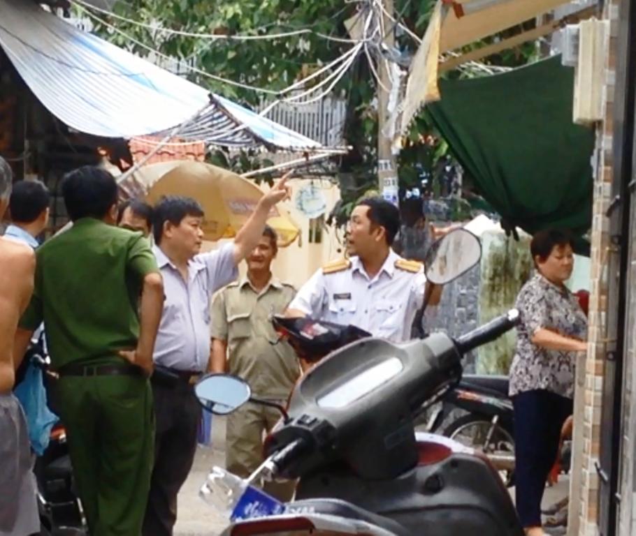 Các lực lượng chức năng có mặt để điều tra nguyên nhân vụ tai nạn.