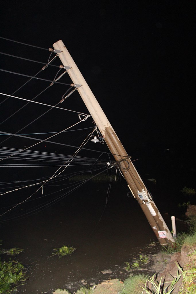 Nhà và nhiều tài sản bị cuốn trôi xuống sông trong đêm