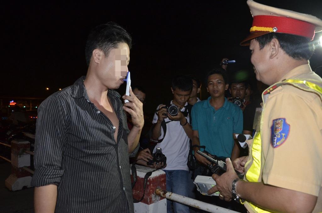 Xem cảnh sát giao thông sàng lọc tài xế nghiện trong 10 phút
