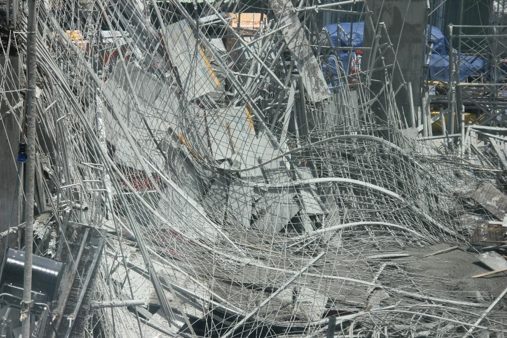 Những khối bê tông sắt thép khổng lồ đè xuống nhóm công nhân đang thi công