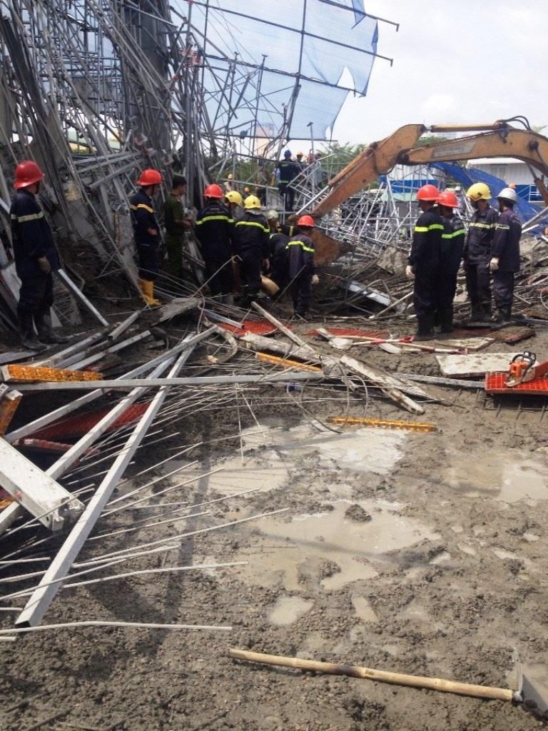 Bê tông ướt và sắt thép ngổn ngang cản trở công tác cứu hộ