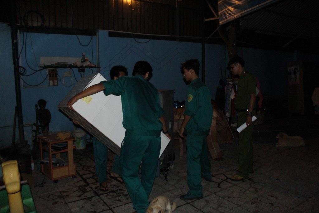 Dân quân địa phương hỗ trợ di dời tài sản ra xa khu vực sạt lở