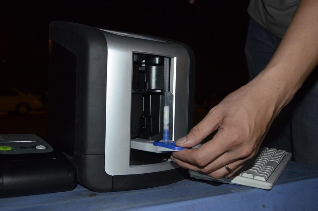 Sau khi thu nước bọt đạt yêu cầu, phần thiết bị sẽ được cắm vào máy để xử lý kết quả.