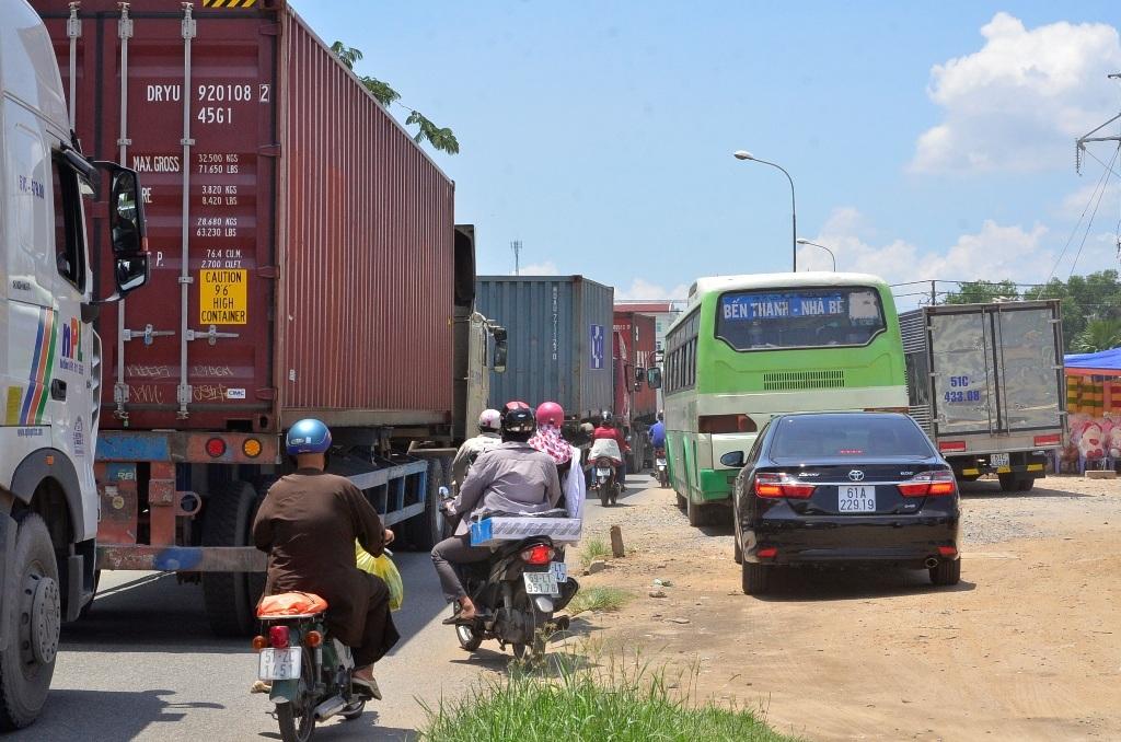 Nhiều ô tô, xe buýt leo lên vỉa hè để thoát khỏi cảnh kẹt xe