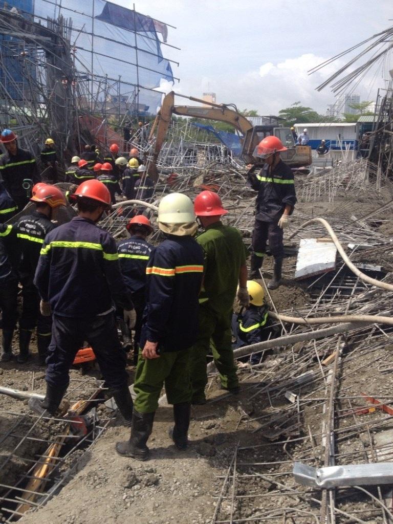 Lực lượng chức năng tiến hành cứu hộ nạn nhân bị mắc kẹt